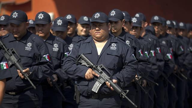 """החשש: חזרה לדפוס הישן של """"תן קח"""" בין הממשל לקרטלים. כוחות משמר אזרחי במקסיקו (צילום: AP) (צילום: AP)"""