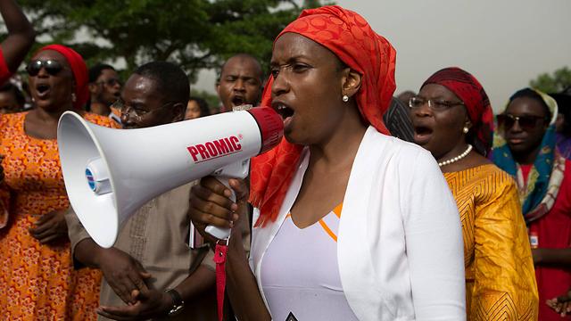 קוראות לשחרר את תלמידות בית הספר. הפגנת נשים בעיירה הניגרית צ'יבוק (צילום: רויטרס) (צילום: רויטרס)