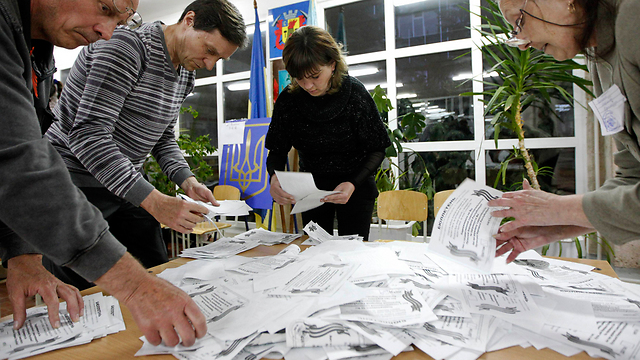 Counting referendum votes in Luhansk. (Photo: Reuters) (Photo: Reuters)