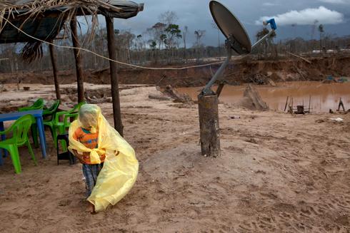 """""""לכל כורה יש משפחה שאוכלת כי הוא עובד"""". בן של כורה בלתי חוקי בלה פמפה (צילום: AP) (צילום: AP)"""