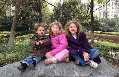 מאיה, דפנה ואורי  בן-יהושע. נולדו מעבר לים (צילום: טופז בן יהושע)