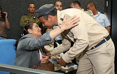 דייגו טפייה התקשה להיפרד מאמו מרגע כניסתה לאולם (צילום: הלל מאיר) (צילום: הלל מאיר)