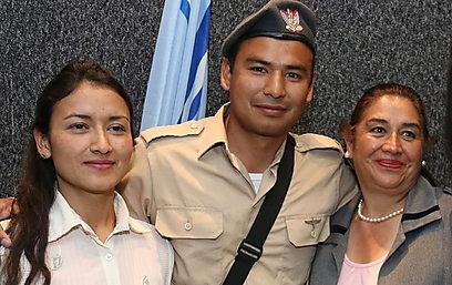 עם אמו ואחותו (צילום: הלל מאיר) (צילום: הלל מאיר)