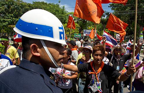 מפגינים מול חייל בבנגקוק (צילום: AP) (צילום: AP)