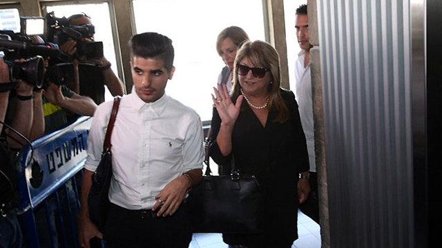 תחושת הקלה. זקן יוצאת מבית המשפט עם בנה נדב (צילום: מוטי קמחי) (צילום: מוטי קמחי)