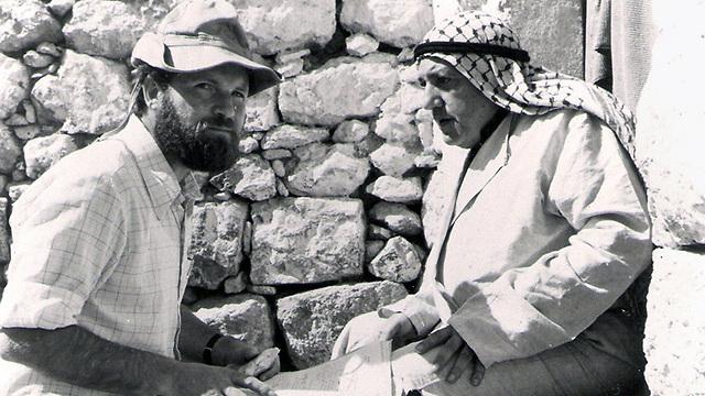 רם לוי מתדרך את בשארה חמאשתה שגילם את מוכתר הכפר (צילום: מיכאל מרגוליס)