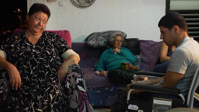 בלי יכולת תזוזה, מנהלת מכיסא הגלגלים את העולם (צילום: באדיבות הרשות השנייה) (צילום: באדיבות הרשות השנייה)