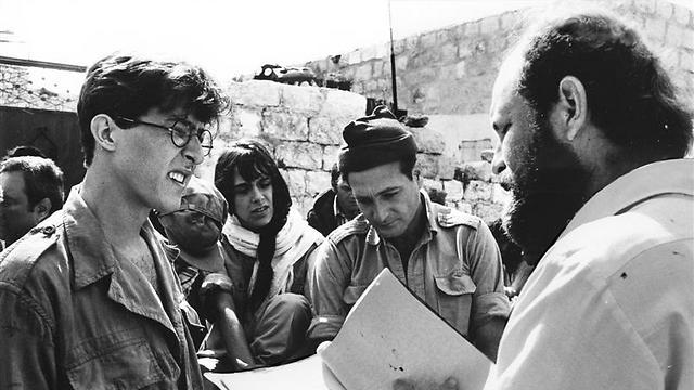 רם לוי מתדרך את אברהם סידי, אמירה פולן וגידי גוב (צילום: מאיר דיסקין)