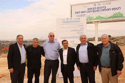נציגי האוצר, השיכון, רשות המקרקעין ועיריית ראש העין לאחר חתימת הסכם הגג (צילום: ששון תירם)