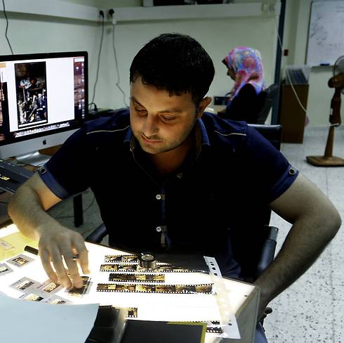 Employee in the photo archive of the United Nations Relief and Works Agency (UNRWA), organizes negatives to be digitized at the UNRWA archive library in Gaza City (Photo: AP) (Photo: AP)