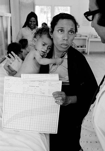 Fathiyeh Sattari, a worried Palestinian mother talks to a doctor about her underweight child who is being treated at a Rafah health center run by UNRWA, a UN aid agency (Photo: AP) (Photo: AP)