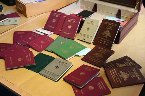 הדרכונים שנמצאו בברלין (צילום: AP) (צילום: AP)