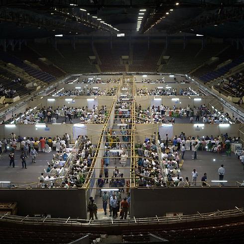 סופרים את הקולות באצטדיון (צילום: AFP) (צילום: AFP)