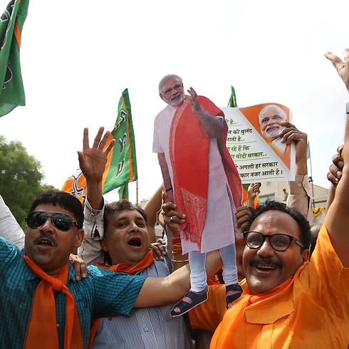 חוגגים את הניצחון של מודי (צילום: EPA) (צילום: EPA)