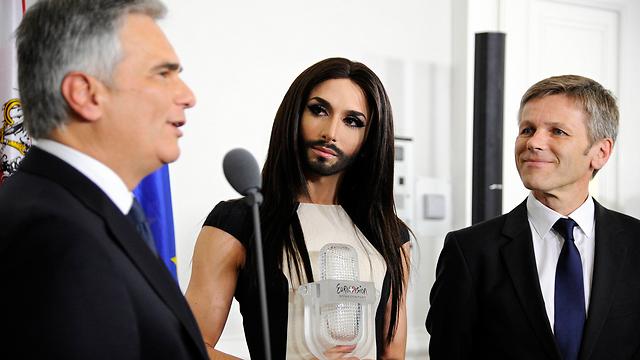 קונצ'יטה עם הקנצלר (משמאל) ושר האמנות והתרבות של אוסטריה (צילום: AP) (צילום: AP)