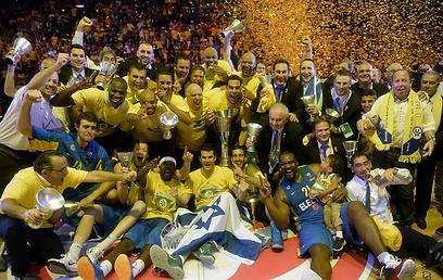 Maccabi lifts Euroleague trophy (Photo: AFP) (Photo: AFP)