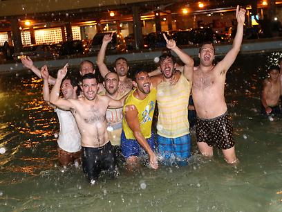 ובכיכר רבין בתל אביב - האוהדים חוגגים בבריכה (צילום: אורן אהרוני) (צילום: אורן אהרוני)