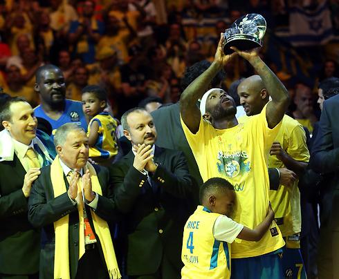 הגביע הוא צהוב. ה-MVP טייריס רייס עם בנו הקטן (צילום: עוז מועלם ) (צילום: עוז מועלם )