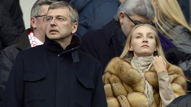 יאבד מחצית מהונו. האוליגרך הרוסי ריבולובלב לצד אישה לא מוכרת (צילום: AFP) (צילום: AFP)