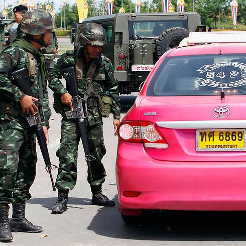 חיילים בודקים מונית באזור התכנסות של אנשי אופוזיציה (צילום: רויטרס) (צילום: רויטרס)
