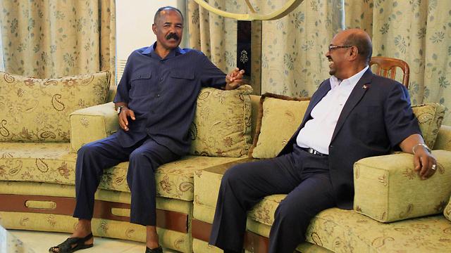 שני רודנים בחדר אחד. נשיא אריתריאה אפוורקי ועמיתו הסודני אל-באשיר (צילום: AP)