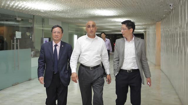 """בדרך לחתימה על עסקת מכירת תנובה לסינים, ארז סופר במרכז. הסינים אוהבים בדרך כלל לפעול """"מתחת לרדאר"""" (צילום: מוטי קמחי) (צילום: מוטי קמחי)"""