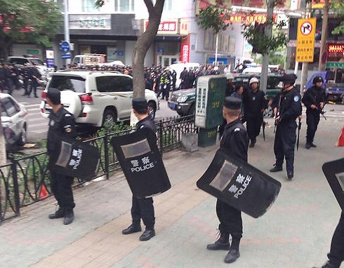 כוחות ביטחון באזור הפיצוץ. אורומצ'י (צילום: AP) (צילום: AP)