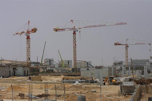 """בניית עיר הבה""""דים (קריית ההדרכה של צה""""ל) (צילום: רועי עידן)"""