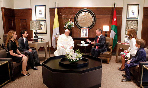Pope Francis meets with Jordan's King Abdullah II and the royal family (Photo: Reuters)