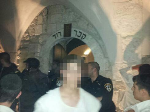 כמה מפעילי הימין שהתבצרו בקבר דוד (צילום: אריה קינג) (צילום: אריה קינג)