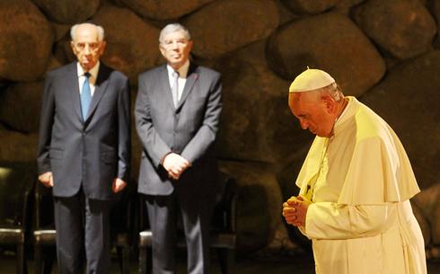 Yad Vashem with Netanyahu and Peres (Photo: Ido Erez)