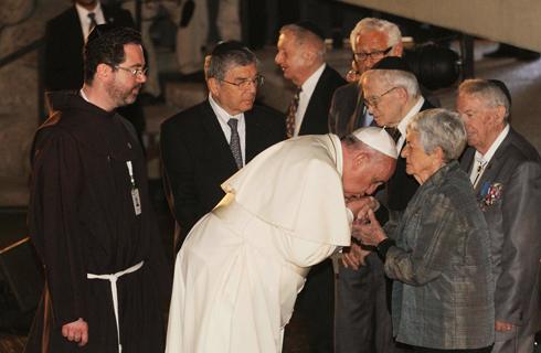 Francis at Yad Vashem with Holocaust survivors (Photo: Ido Erez)