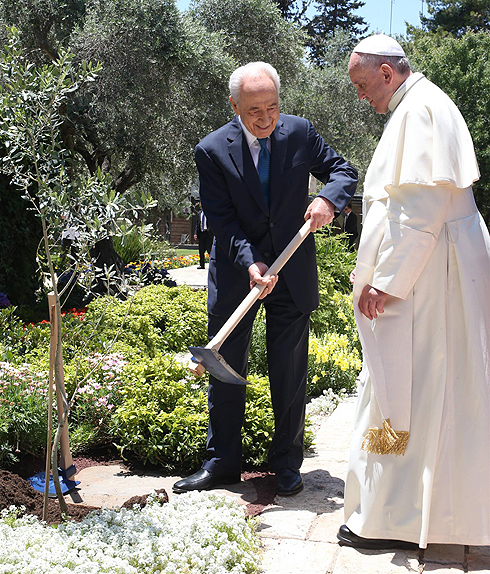 הנשיא פרס כיבד את אורחו בנטיעת עץ (צילום: עמית שאבי) (צילום: עמית שאבי)