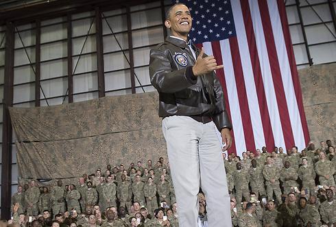 ירש שתי מלחמות כושלות. אובמה בביקור בבסיס האמריקני בגראם שבאפגניסטן (צילום: AFP)