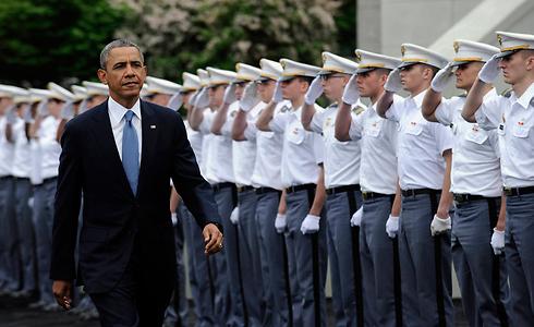 אובמה חולף על פני הצוערים (צילום: AP) (צילום: AP)