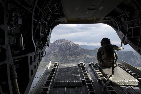 חייל אמריקני צופה על מחוז לוגאר באפגניסטן ממסוק צ'ינוק (צילום: AFP)