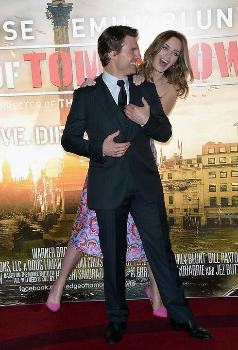 """אמילי בלאנט עם טום קרוז בבכורת """"קצה המחר"""" בלונדון. """"היה אדיר"""" (צילום: AP) (צילום: AP)"""