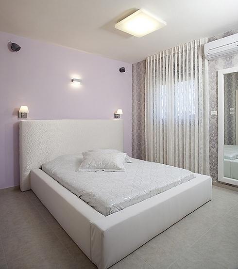 חדר שינה לבן של איריס שמיר (צילום: בנימין אדם) (צילום: בנימין אדם)
