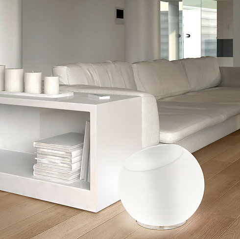 גוף תאורה לבן בסלון של קמחי תאורה (צילום: קמחי תאורה) (צילום: קמחי תאורה)