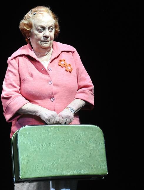 """חנה מרון בהצגה בה כיכבה בשנה האחרונה - """"אורזי מזוודות"""" של הקאמרי (צילום: גדי דגון)"""