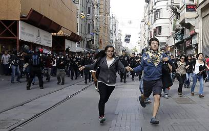Protesters fleeing Turkish riot police at Taksim Square (Photo: EPA)