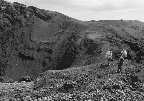 מתאמנים בהר געש רדום בהוואי (צילום: AP) (צילום: AP)