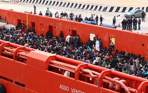 פליטים מאפריקה בספינה בדרכם לאיטליה (צילום: רויטרס) (צילום: רויטרס)