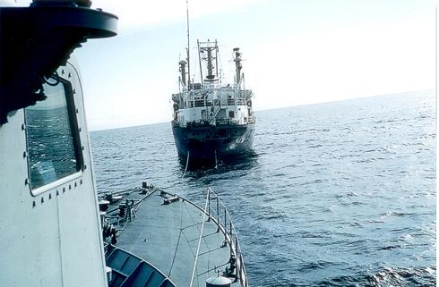 תדלוק בים בזמן המבצע, אחרי שוך הסערה (צילום: ניר מאור, מוזיאון ההעפלה וחיל הים) (צילום: ניר מאור, מוזיאון ההעפלה וחיל הים)