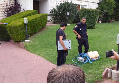 המכשיר החשמלי שהוצא מהבריכה (צילום: גלעד מורג) (צילום: גלעד מורג)