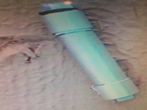 נמצא לפני שהתפוצץ. מטען רב העוצמה שהתגלה בגן בבת ים (צילום: דוברות המשטרה) (צילום: דוברות המשטרה)