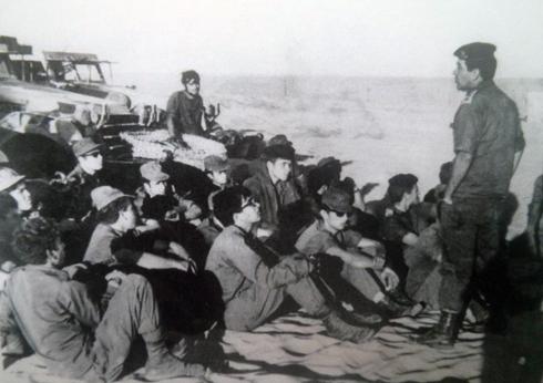 מתדרך לוחמים בסיירת שקד בימי ההתשה ()