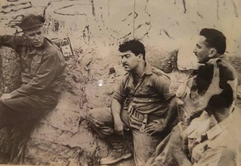 """פואד (במרכז) בפעילות """"שקד"""" בצפון. משמאל: אלוף הפיקוד יצחק רבין ()"""