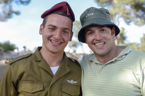 העניק לאחיו את כומתת הצנחנים. קרוב (מימין) עם האח בחודש יוני (צילום: דובר צהל ) (צילום: דובר צהל )
