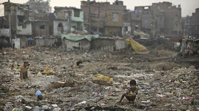 """""""שירותים"""" בשכונת עוני בניו דלהי (צילום: AP) (צילום: AP)"""